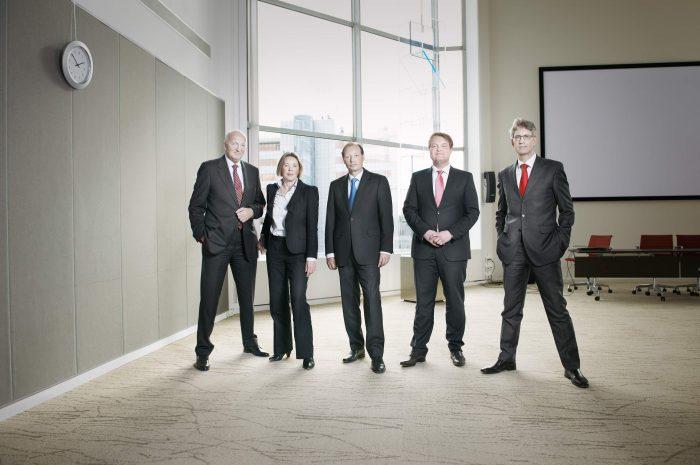 zakelijk groepsportret Raad van Bestuur multinational | corporate achtergrond