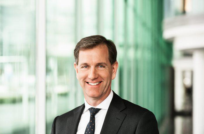zakelijk portret Wiebe Draijer - voorzitter Raad van Bestuur Rabobank - met bedrijf op achtergrond