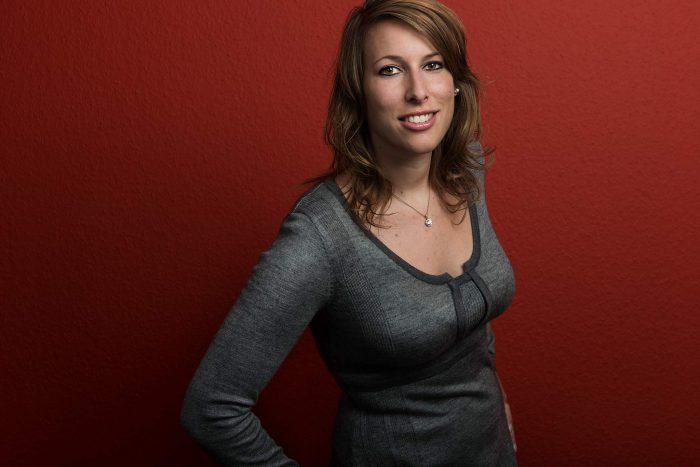 zakelijk portret vrouw voor rode achtergrond